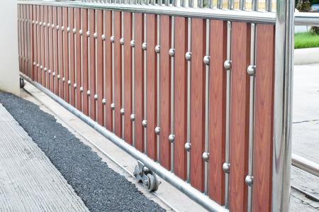puertas de hierro: Rodando puertas de acero.