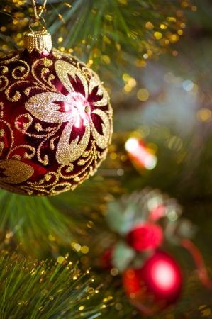 光沢のあるグレアとクリスマス ツリーに掛かっている美しい色のクリスマスの装飾