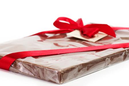 チョコレート ・ バーは白い背景に赤いリボンでスタックします。