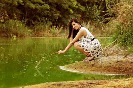 公園の美しい若い女性