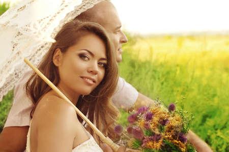 庭の美しい結婚式のカップル