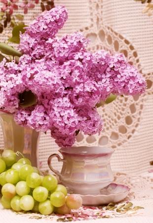 春の花とブドウ ヴィンテージ ティーカップ 写真素材