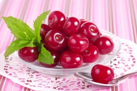 servilleta de papel: Cerezas dulces en una servilleta de encaje Foto de archivo