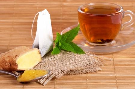 生姜、蜂蜜、ミント入り紅茶 1 杯