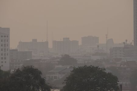 La pollution de l'air par beaucoup de poussière ou de particules PM2,5 dépasse la norme (AQI) à Bangkok, en Thaïlande. Effet négatif sur le système respiratoire et la santé.