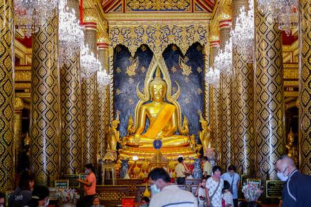 Phitsanulok, Thailand - July 04 2020: Many people worship the Phra Buddha Chinnarat at Phra Si Rattana Mahathat temple. Beautiful of historic city at Buddhism temple. 新聞圖片