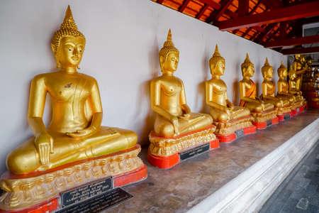 Phitsanulok, Thailand - July 04 2020 Row of Gold buddha statue at at Phra Si Rattana Mahathat temple. Beautiful of historic city at Buddhism temple. 新聞圖片