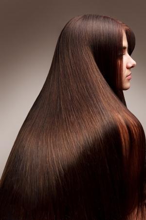 Ritratto di giovane donna bella con lunghi capelli lucidi