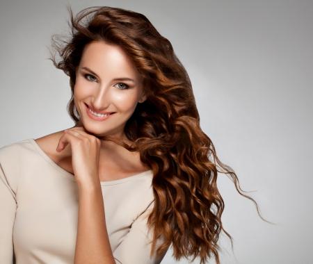 pelo rojo: Mujer hermosa con el pelo rojo rizado de imagen de alta calidad de pelo largo