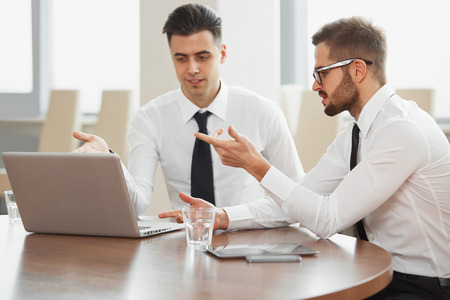 Succesvolle business partners bespreken project