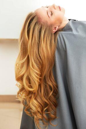 blond hair: Mujer rubia de pelo en salón de pelo