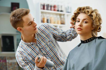 coiffeur: Coiffeur coiffure pour faire belle jeune femme Banque d'images