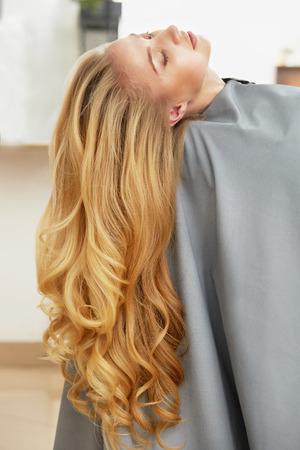 femme blonde: Longue Blonde Woman cheveux dans un salon de coiffure