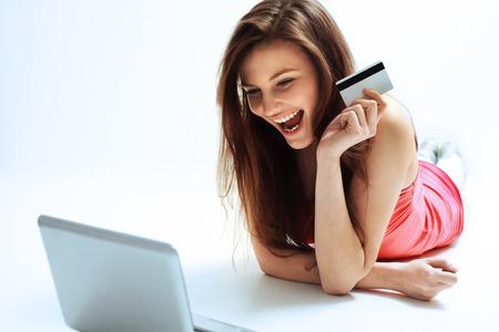 クレジット カードを持っていると、インターネットからショッピング幸せな女 写真素材