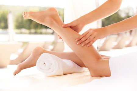 Mujer del balneario. Primer plano de un tratamiento de spa mujer joven que consigue. Masaje de pies
