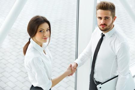 オフィスで手を振って成功ビジネス パートナー