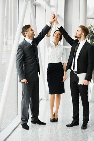 personas festejando: Hombres de negocios acertados Celebración de un reparto