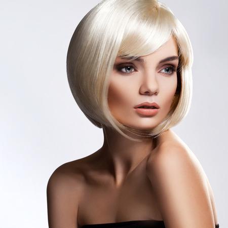 короткие волосы: Портрет красивой блондинки с короткой шерстью