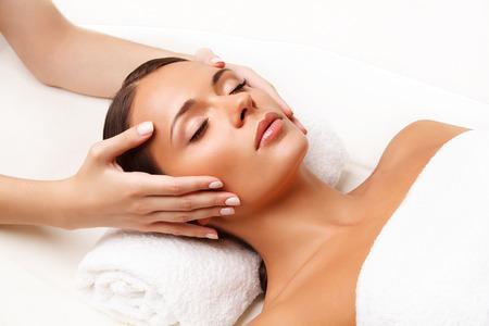 mujer maquillandose: Primer plano de una mujer joven que consigue Tratamiento de spa.