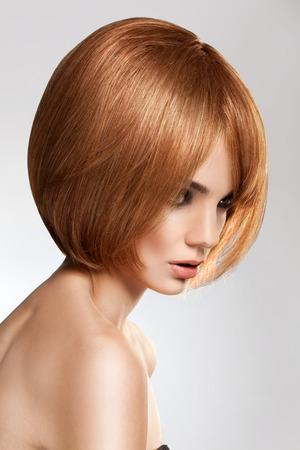 visage femme profil: Belle brune aux cheveux courts Banque d'images