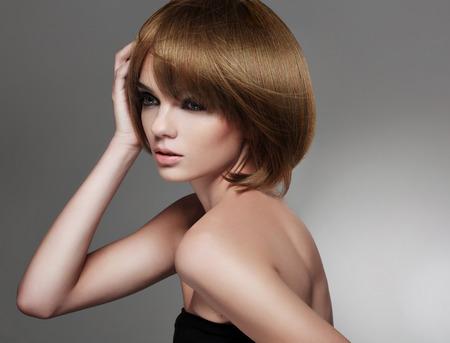 capelli lisci: Bella donna con Bob Hairstyle