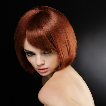 belle brune: Belle femme aux cheveux courts