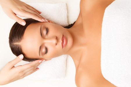 masaje facial: Primer plano de una mujer joven que consigue Tratamiento de spa.