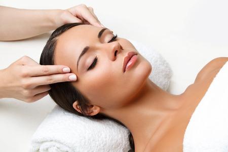 tratamiento facial: Primer plano de una mujer joven que consigue Tratamiento de spa.