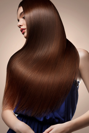긴 머리를 가진 아름 다운 여자의 초상화