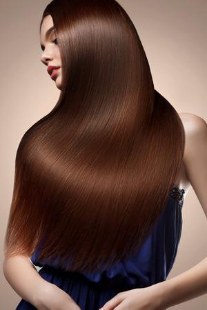 Portret van Mooie vrouw met lang haar