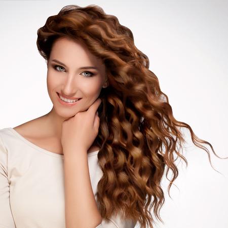 mujeres morenas: Mujer hermosa con el pelo rizado largo.