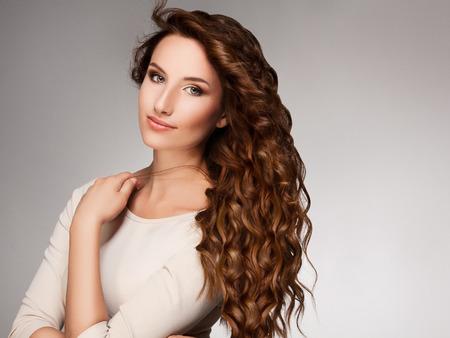 곱슬 긴 머리를 가진 아름 다운 여자