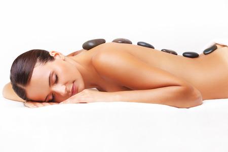 masaje: Mujer hermosa que consigue Spa Piedras Calientes Masaje en salón del balneario.