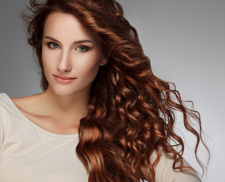 salon de belleza: Mujer hermosa con el pelo rizado largo