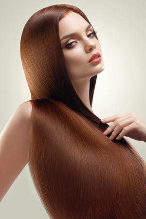 cabello lacio: Retrato de la mujer hermosa con el pelo largo