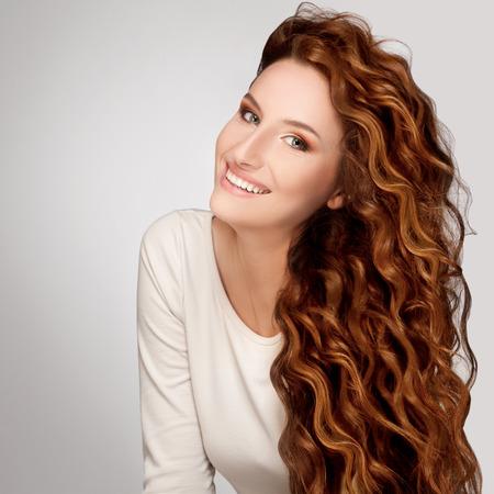 femme romantique: Belle femme avec frisés Cheveux longs Banque d'images