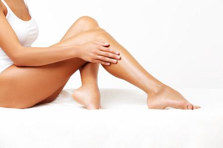 jolie pieds: Jambes longues femme isol� sur blanc