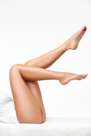 Lange vrouw benen geïsoleerd op wit
