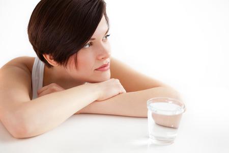 tomando refresco: Mujer hermosa joven con un vaso de agua Foto de archivo