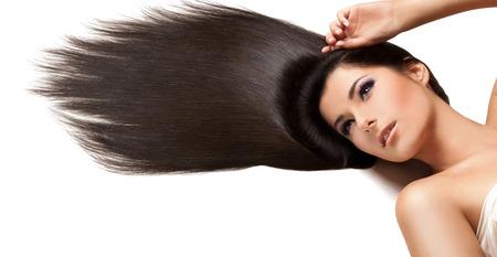 cabello corto: Hermosa morena con el pelo largo