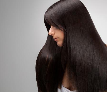perfil de mujer rostro: Retrato de la mujer hermosa con el pelo largo