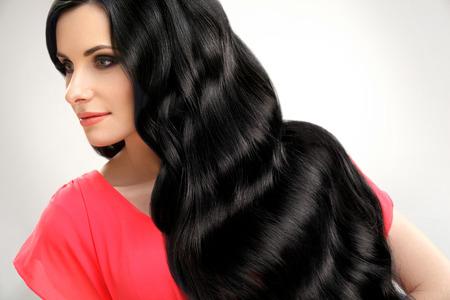 belle brune: Portrait de belle femme avec Noir Cheveux ondulés