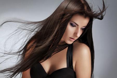 belle brune: Belle femme avec sain Cheveux longs.