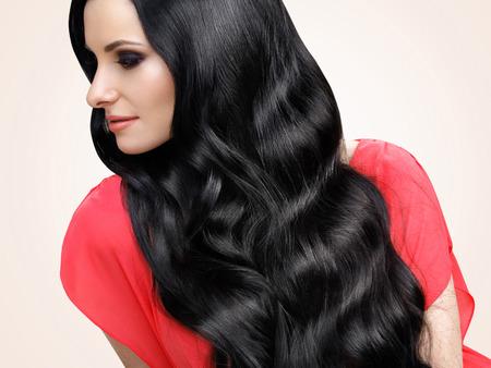 Portret van mooie vrouw met zwart golvend haar Stockfoto