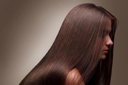 cabello lacio: Hermosa chica con el pelo largo sano Foto de archivo