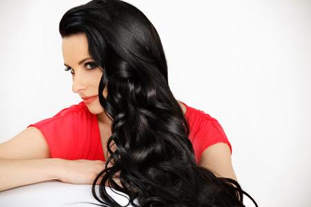 cabello lacio: Retrato de la mujer hermosa con Negro Cabello ondulado Foto de archivo