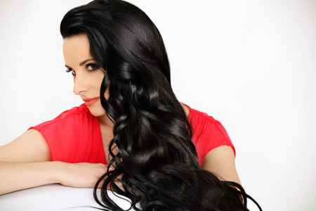 capelli dritti: Ritratto di bella donna con il nero Capelli mossi