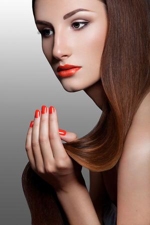uñas largas: Mujer Hermosa Con Red Nails