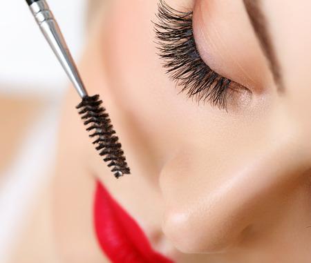Oog van de vrouw met mooie make-up en lange wimpers