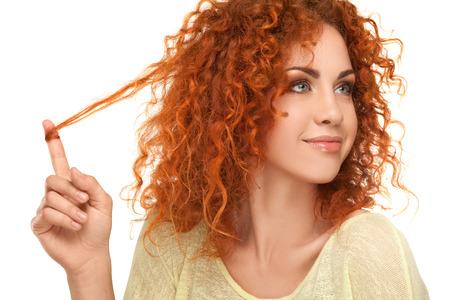 hair curly: Cabello Rojo. Mujer hermosa con el pelo rizado. Imagen de alta calidad.